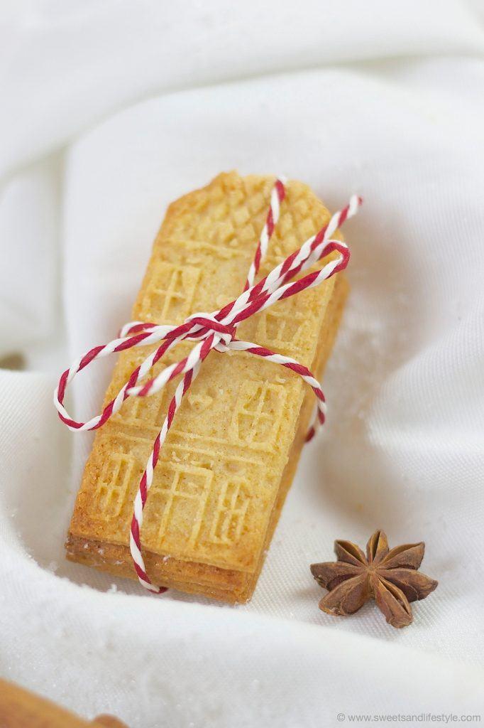 Selbst gemachter Spekulatius mit Marzipan zusammengepackt mit einem Stoffband als Geschenk von Sweets and Lifestyle