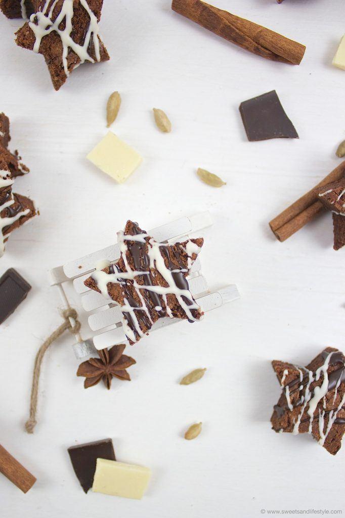 Köstliche weihnachtliche Schoko Brownie Sterne mit Kuvertüre verziert nach einem Rezept von Sweets and Lifestyle