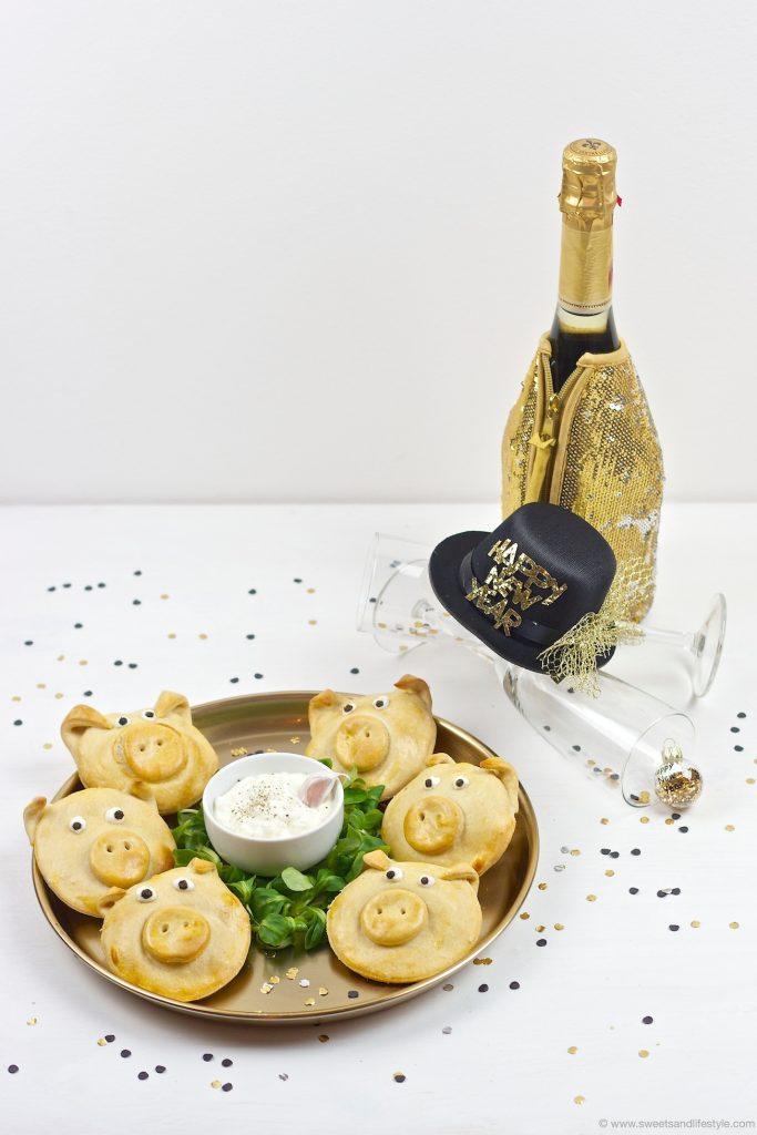 Das perfekte Silvester Fingerfood sind pikant gefüllte Glücksschweine serviert mit Knoblauch-Dip vonSweets & Lifestyle®