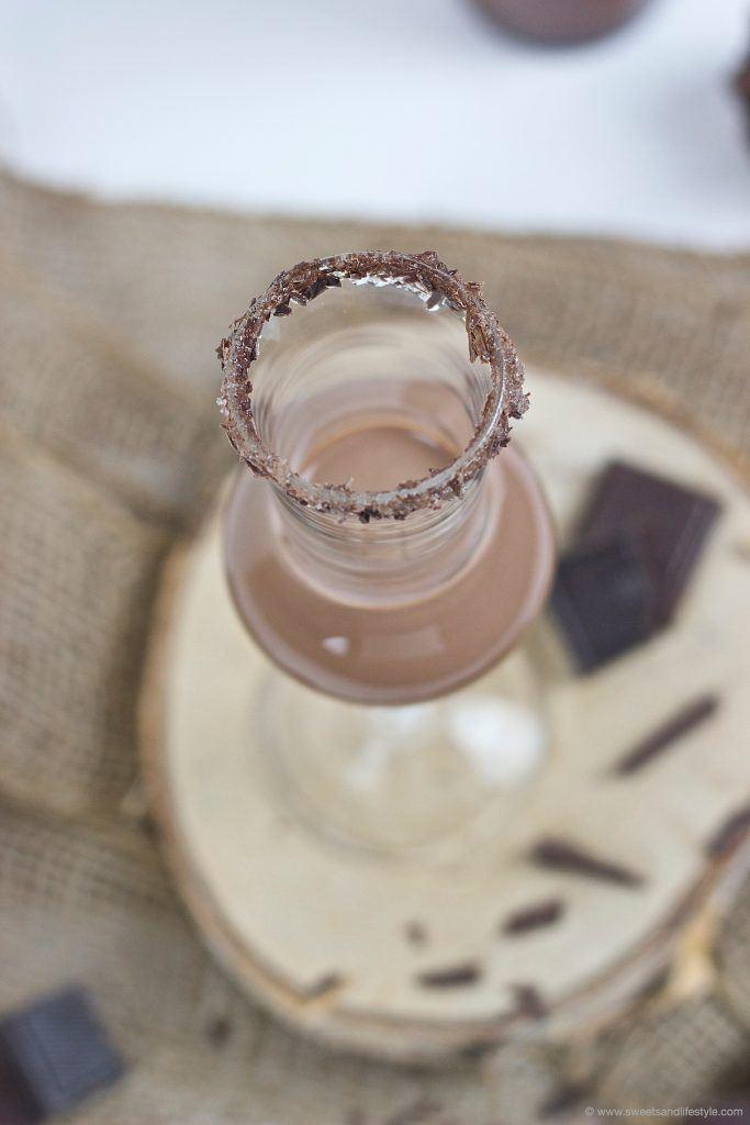 Koestlicher selbst gemachter Schokolikör nach einem Rezept von Sweets and Lifestyle