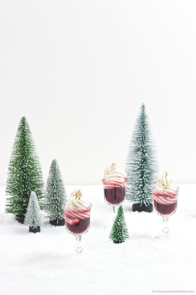 Koestliches Schneewittchen, erwaermter Rotweinlikör mit Schlagobers, serviert von Sweets and Lifestyle