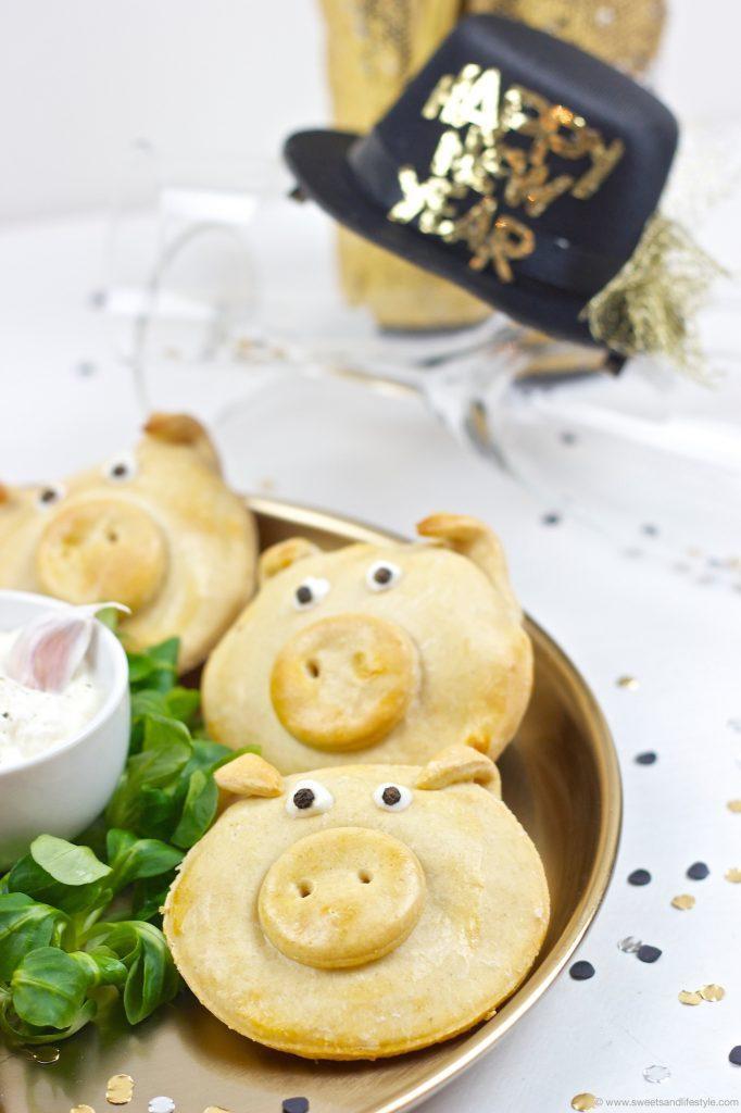 Pikant gefüllte Glücksschweine als Mitbringsel zur Silvesterparty oder als Silvester Fingerfood serviert mit Knoblauch-Dip von Sweets & Lifestyle®