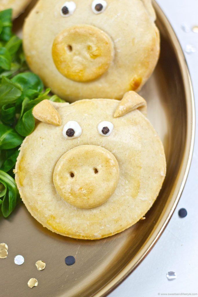 Pikant gefüllte Glücksschweine als Neujahrsglücksbringer und mit einem Knoblauch-Dip serviert Silvester Fingerfood von Sweets & Lifestyle®