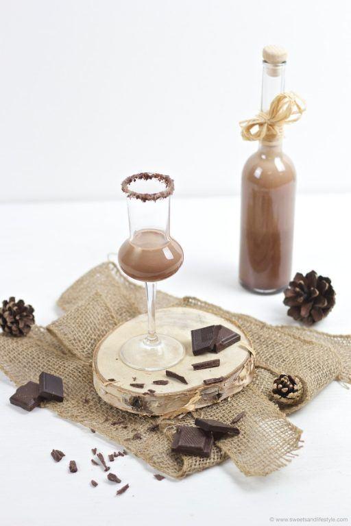 Wunderbar cremiger selbst gemachter Schokolikör als selbst gemachtes Weihnachtsgeschenk nach einem Rezept von Sweets and Lifestyle