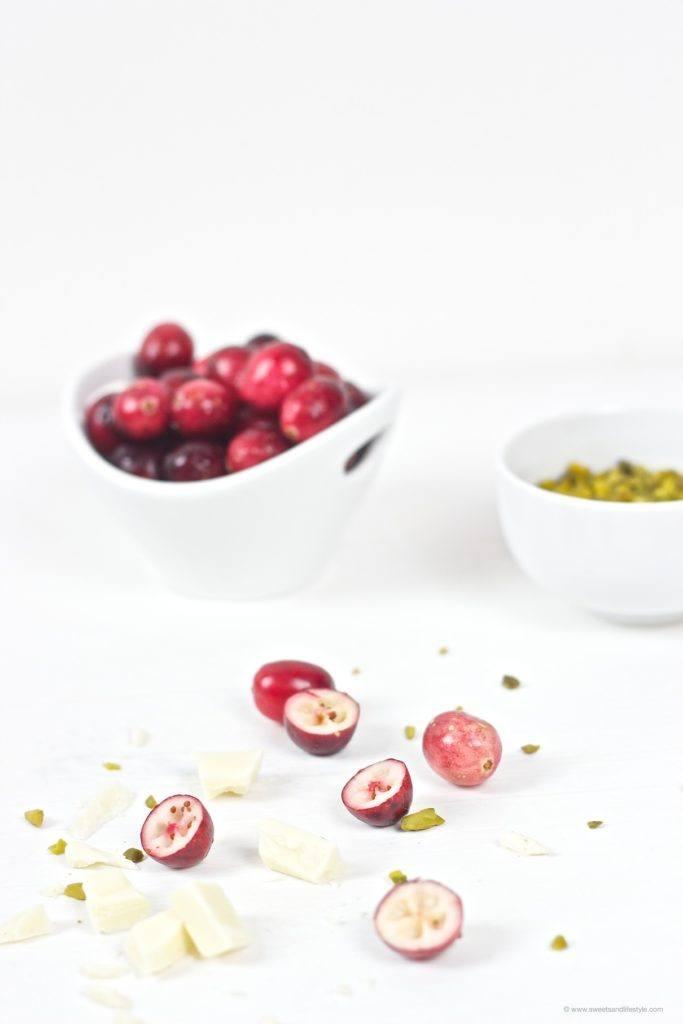 Säuerliche Cranberries, Pistazien und weisse Schokolade vereint in einem saftig-erfrischenden Cranberry Pistazien Kastenkuchen bei Sweets and Lifestyle