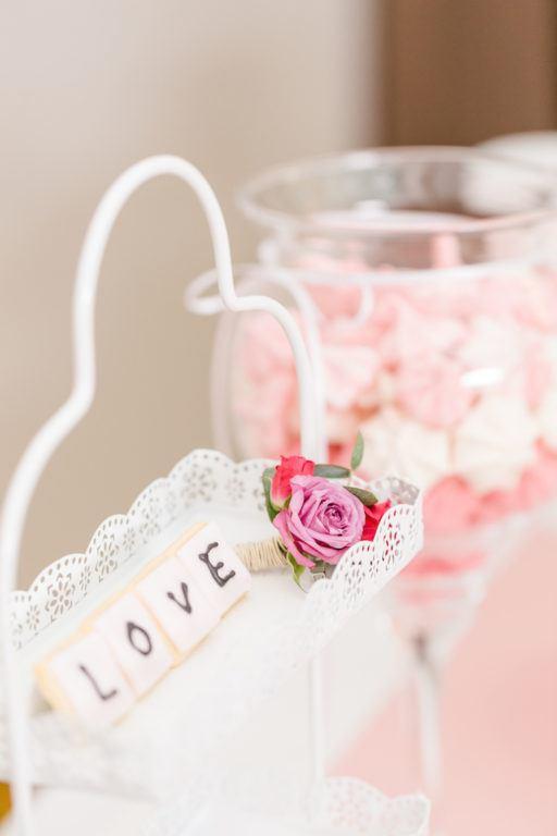 Dreierlei knusprige Baiser, farblich mit dem Farbkonzept der Hochzeit abgestimmt, fuer den Hochzeits Sweet Table von Sweets and Lifestyle