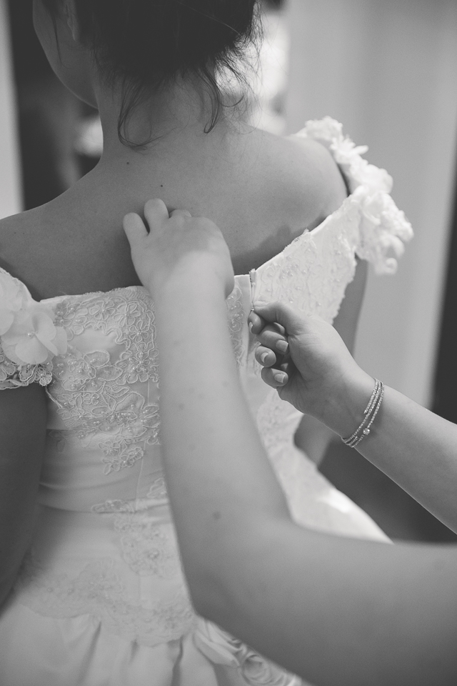 Dressing der Braut beim Styled Wedding Shooting