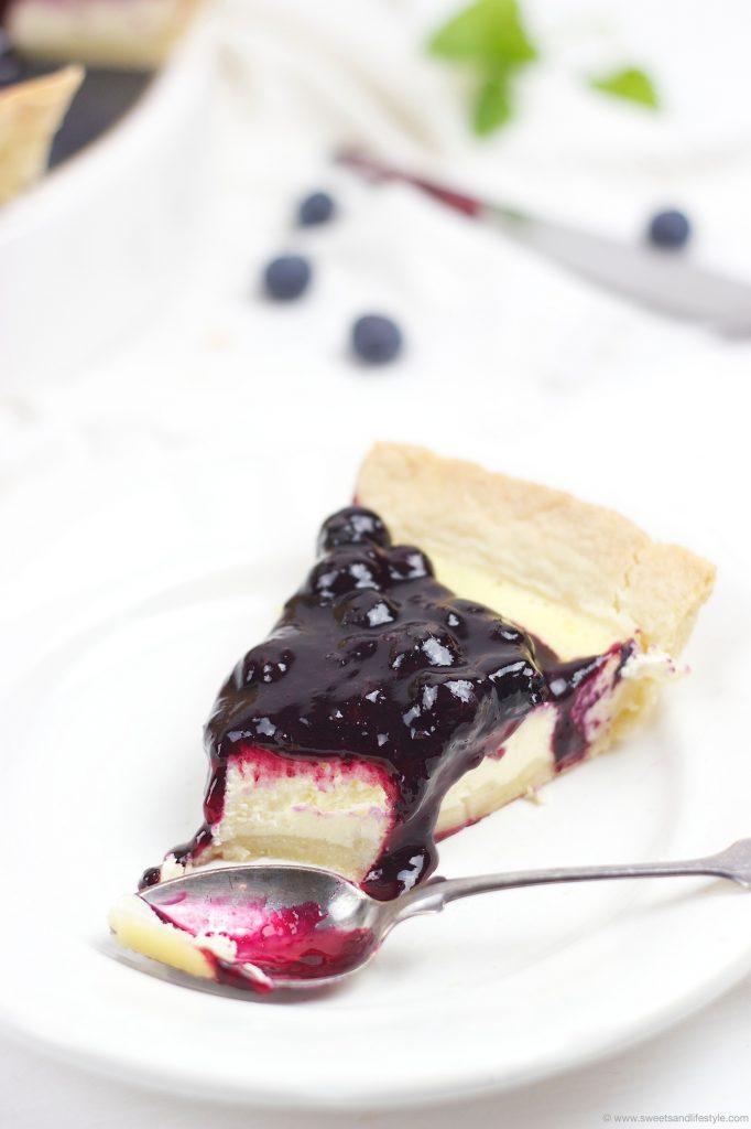 Ein Stueck von der koestlichen Cheesecake Tarte mit Heidelbeeren von Sweets and Lifestyle