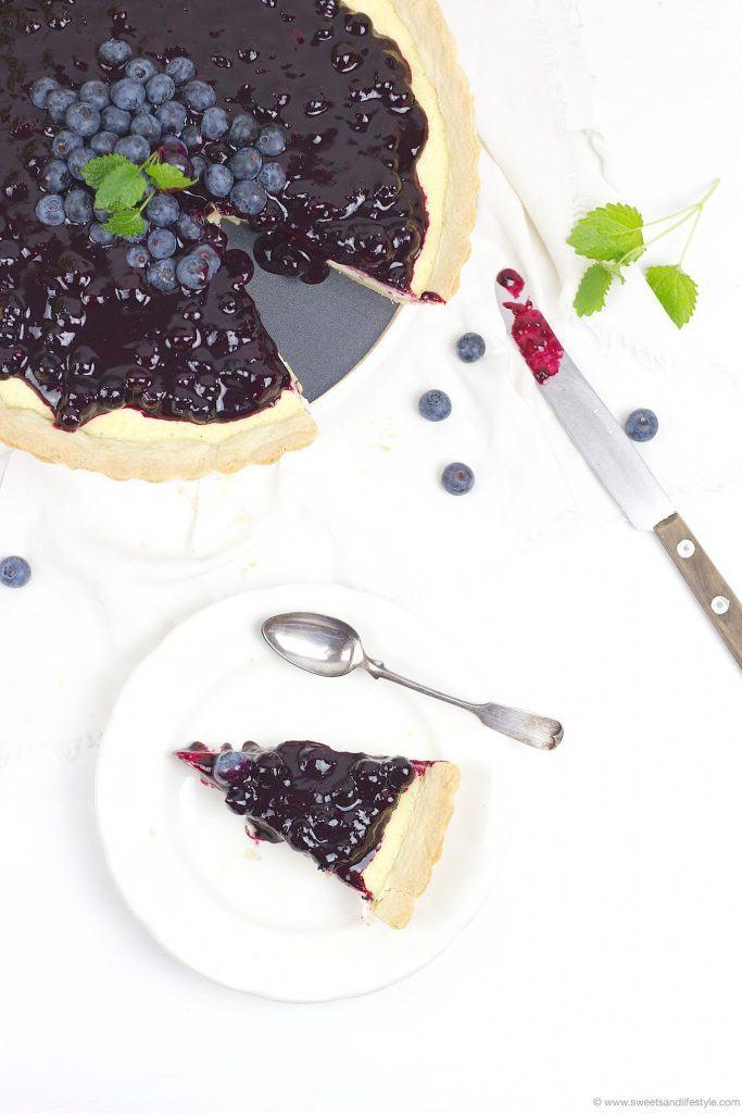 Ein Stueck von der leckeren fruchtig-frischen Cheesecake Tarte mit Heidelbeeren von Sweets and Lifestyle