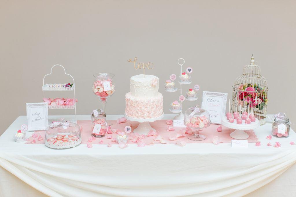 Wunderschoener Hochzeits Sweet Table mit selbst gemachten Suessigkeiten nach Rezepten von Sweets and Lifestyle