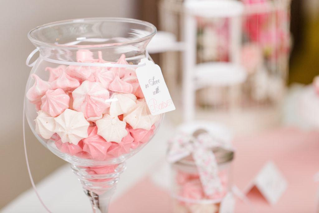 Knusprige Baiser-Kuesschen in drei verschiedenen Farben für den Hochzeits Sweet Table von Sweets and Lifestyle