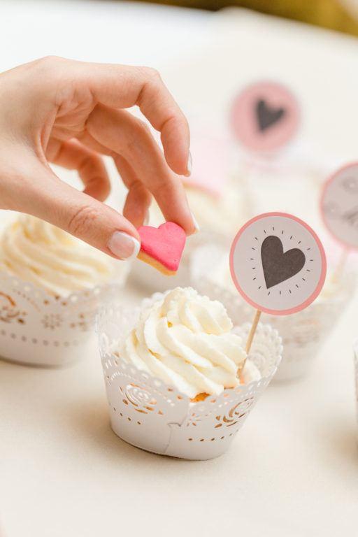 Romantische Cupcakes mit Herzen für den Hochzeits Sweets Table oder zum Valentinstag von Sweets and Lifestyle