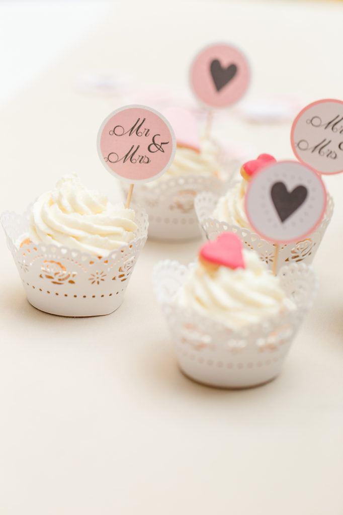 Koestliche romantische Hochzeit Cupcakes mit Keksherzen nach einem Rezept von Sweets and Lifestyle