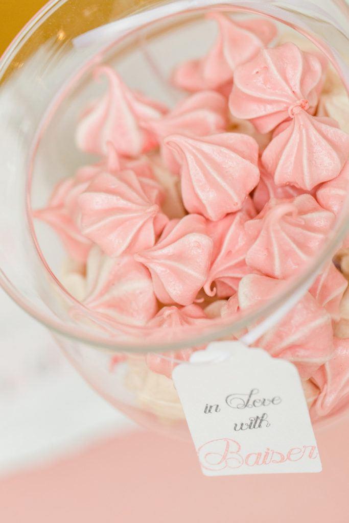 Rosa gefaerbte knusprige Baiser-Kuesschen für den Sweets Table von Sweets and Lifestyle
