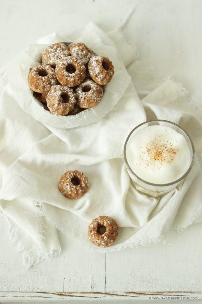 Perfekt zu einer Tasse Kaffee: saftige Apfel-Walnuss-Minigugl von Sweets and Lifestyle