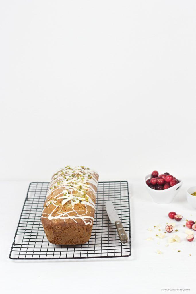 Herrlich saftiger, erfrischender Cranberry Pistazien Kastenkuchen nach einem Rezept von Sweets and Lifestyle