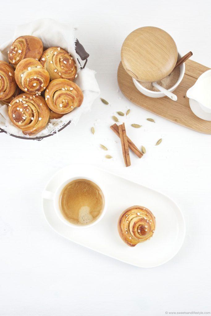 Schwedische Zimtschnecken - Kanelbullar - serviert zum Nachmittagskaffee nach einem Rezept von Sweets and Lifestyle