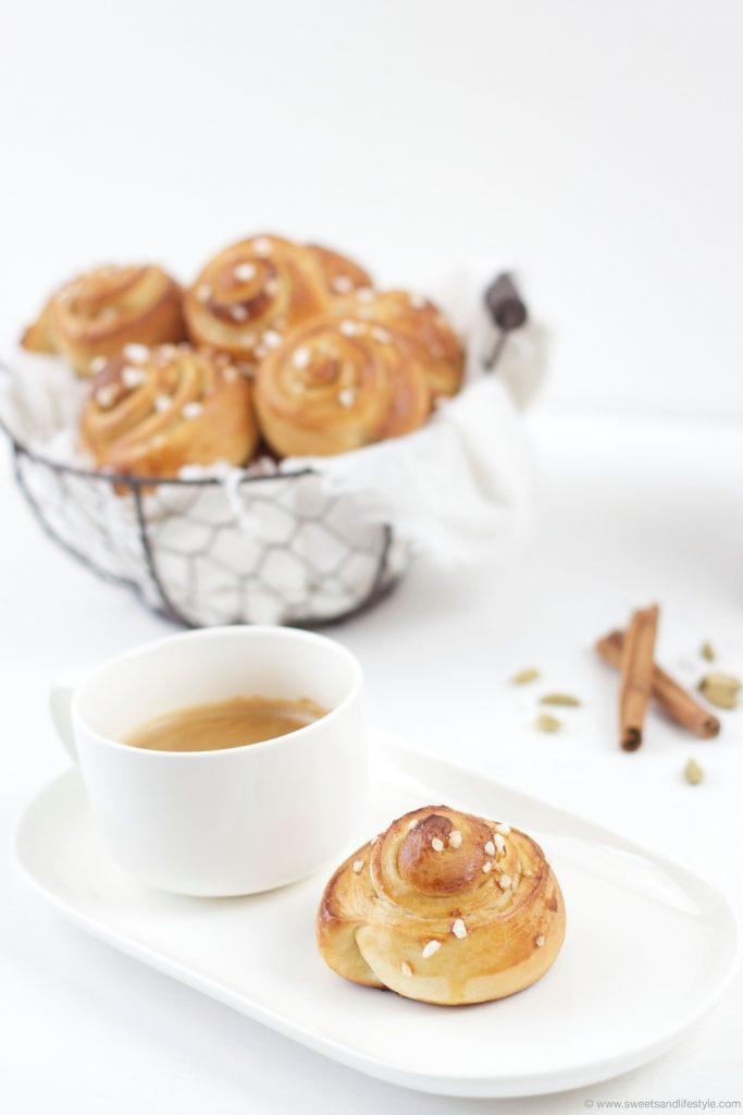 Warme Schwedische Zimtschnecken serviert zum Nachmittagskaffee nach einem Rezept von Sweets and Lifestyle