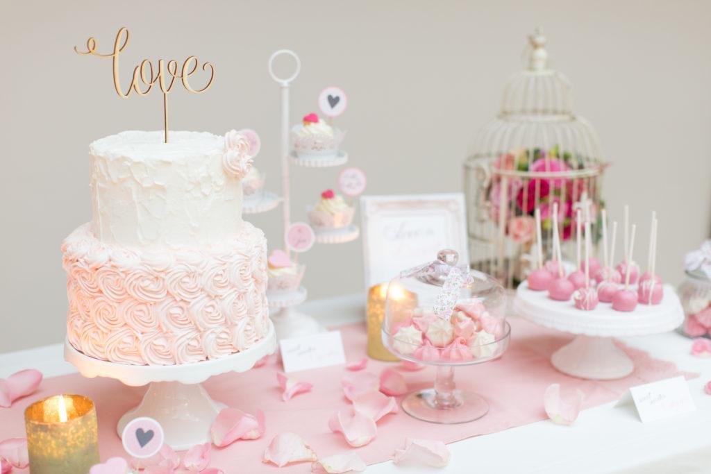 Sweet Table beim Styled Wedding Shooting mit Köstlichkeiten wie den Baiser-Küsschen von Sweets and Lifestyle