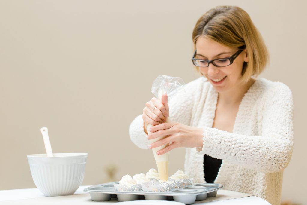 Verena von Sweets and Lifestyle beim Fertigstellen ihrer Cupcakes mit Herzen für den Sweet Table auf der Hochzeit einer Freundin