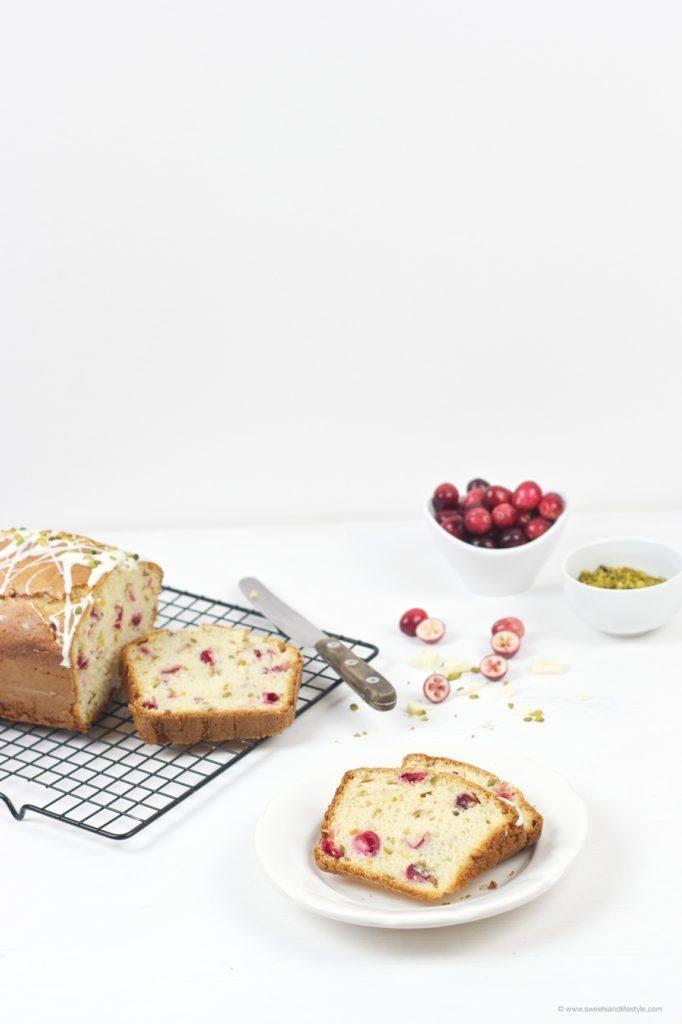 Wunderbar saftiger Cranberry Pistazien Kastenkuchen mit weißer Schokolade obendrauf nach einem Rezept von Sweets and Lifestyle zum Nachmittagskaffee