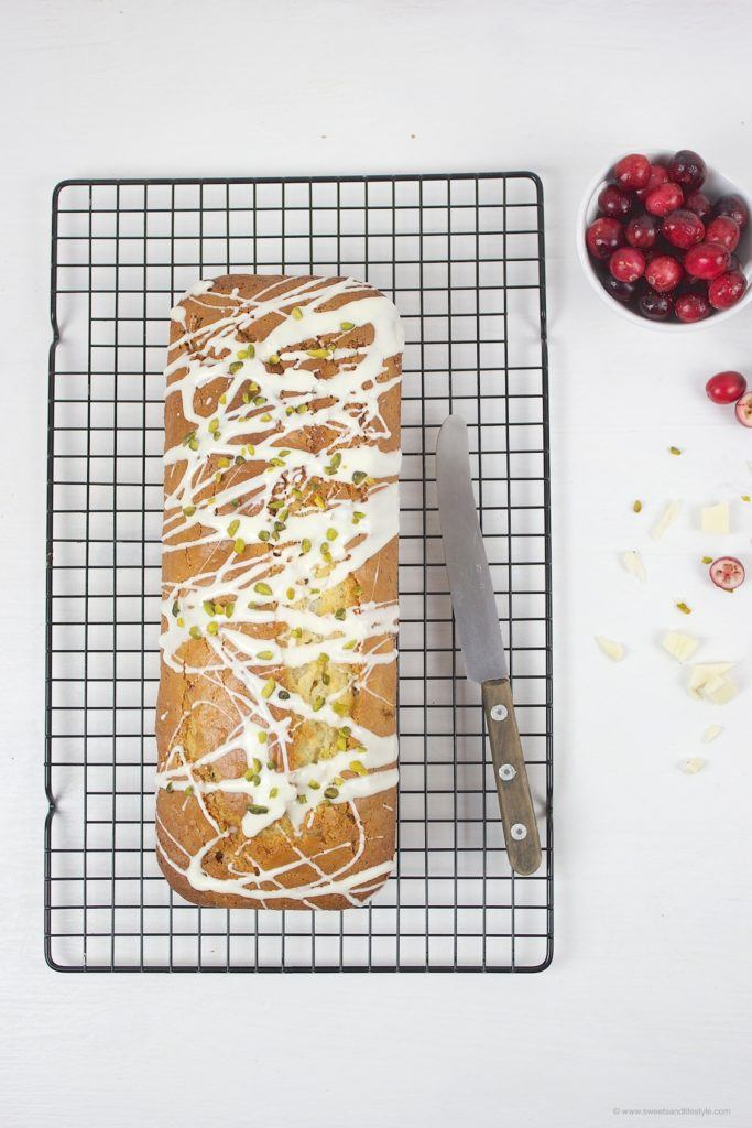 Wunderbar saftiger Cranberry Pistazien Kastenkuchen mit weißer Schokolade zum Saisonende der Cranberries von Sweets and Lifestyle