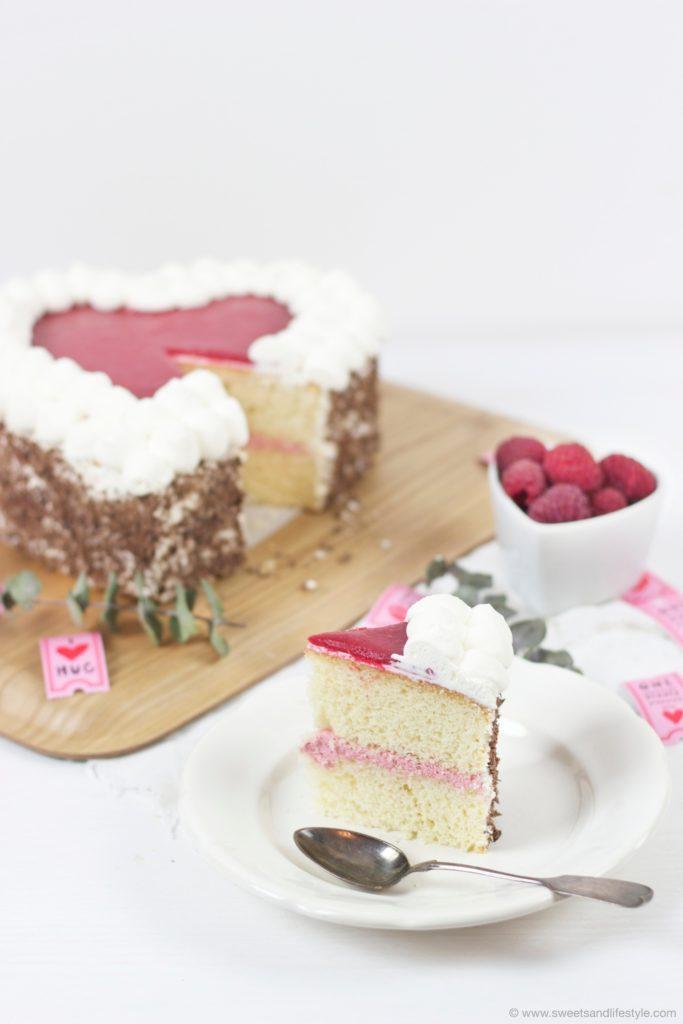 Ein Stueck von der koestlichen Himbeer Herz Torte von Sweets and Lifestyle