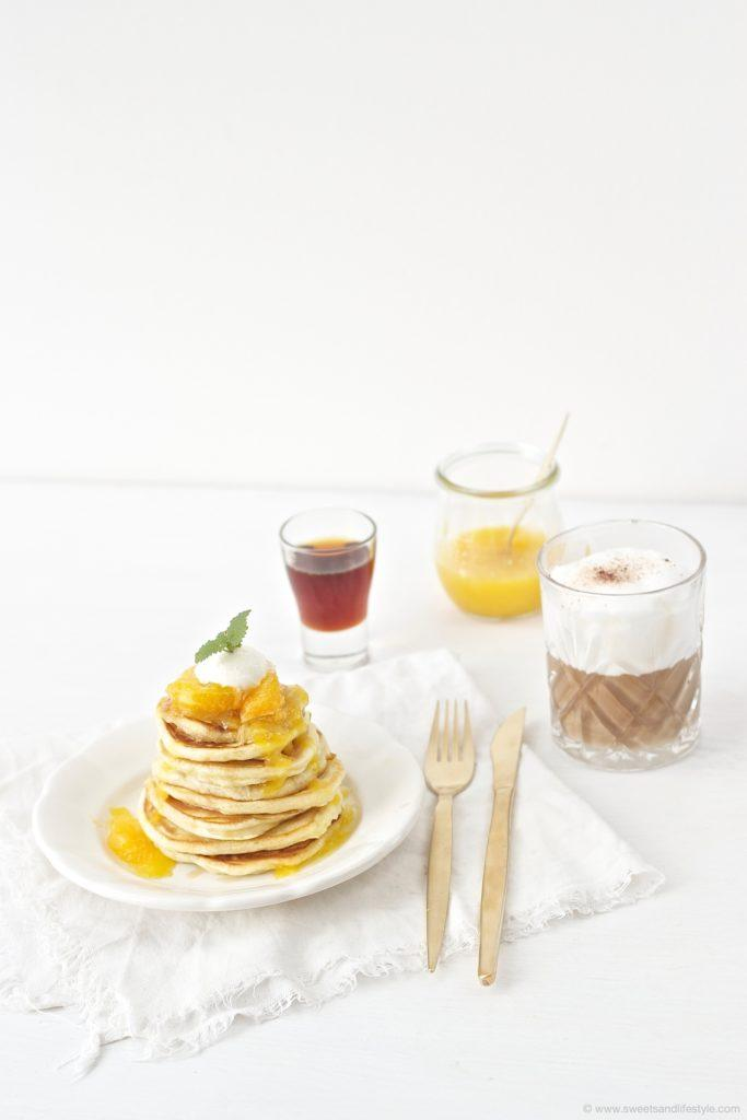 Leckere, fluffige, selbst gemachte Pancakes mit Orangensauce zum Fruehstueck von Sweets and Lifestyle