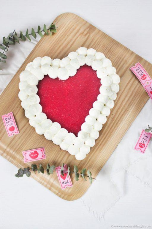 Leckere einfach herzustellende Himbeer Herz Torte fuer den Valentinstag von Sweets and Lifestyle
