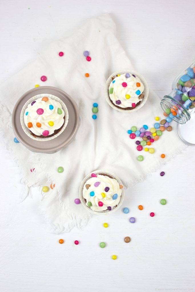 Kunderbunte einfach mit Kindern herzustellende Faschingscupcakes von Sweets and Lifestyle