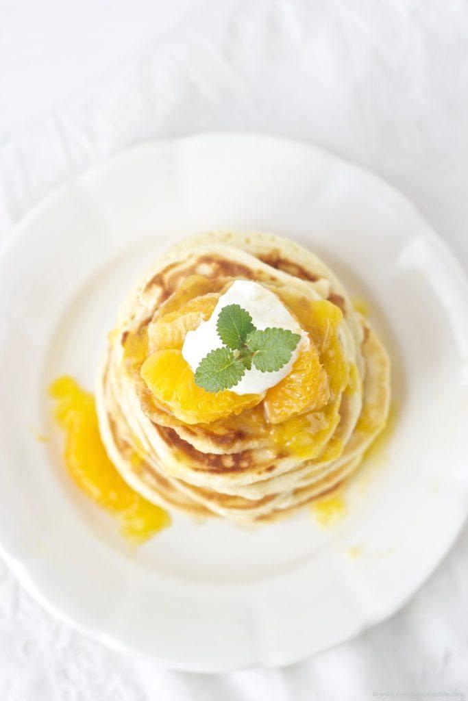 Leckere selbst gemachte Pancakes mit Orangensauce zum Frühstück von Sweets and Lifestyle
