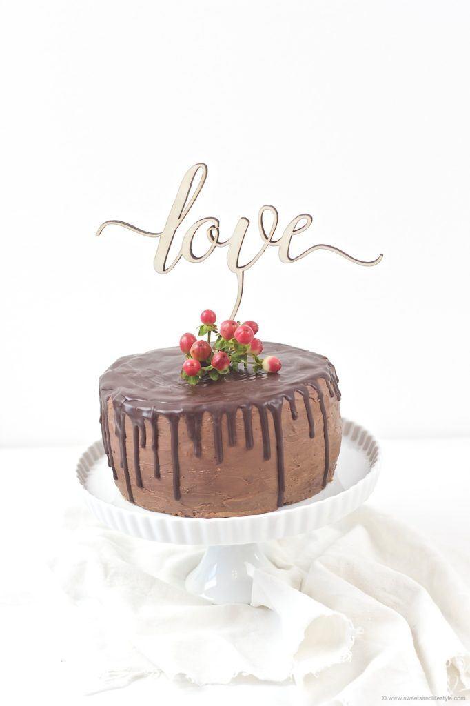 Leckere Schokoladentorte mit Cake Topper und Beeren nach einem Rezept von Sweets and Lifestyle