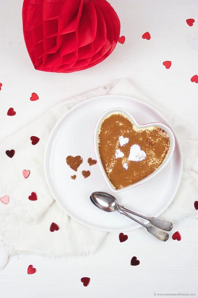 Leckeres Tiramisu ohne Ei mit Herzen obendrauf zum Valentinstag von Sweets and Lifestyle