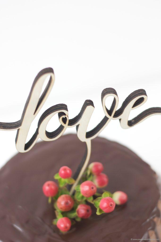 Leckere Schokoladentorte mit Love Cake Topper als Valentinstagsgeschenk von Sweets and Lifestyle