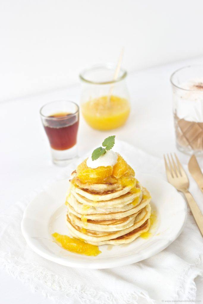 Selbst gemachte fluffige Pancakes mit Orangensauce fuer den Brunch von Sweets and Lifestyle