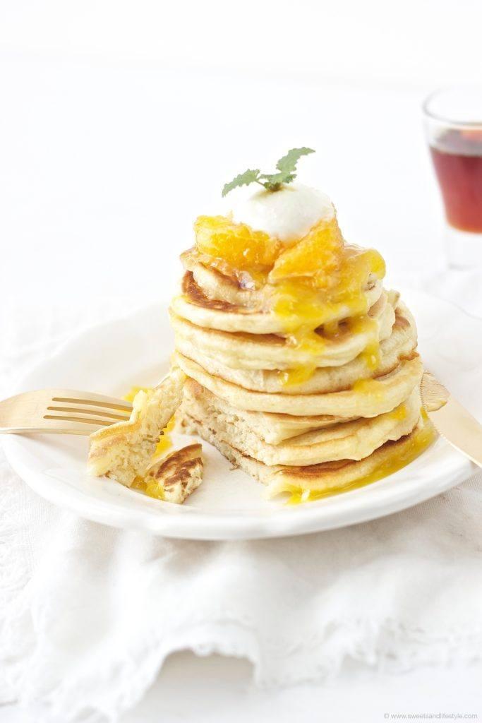 Selbst gemachte, herrlich fluffige Pancakes mit Orangensauce zum Fruehstueck von Sweets and Lifestyle