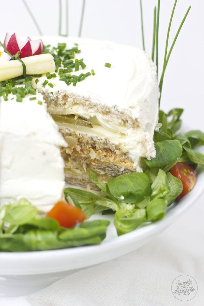 Leckere vegetarische Sandwichtorte gefuellt mit verschiedenen Aufstrichen von Sweets and Lifestyle