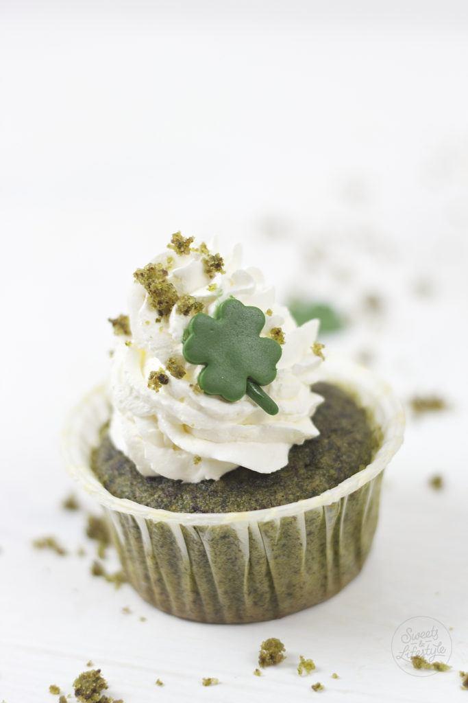 Dank Spinat gruene und saftige St Patrick's Day Cupcakes mit einem Kleeblatt von Sweets and Lifestyle