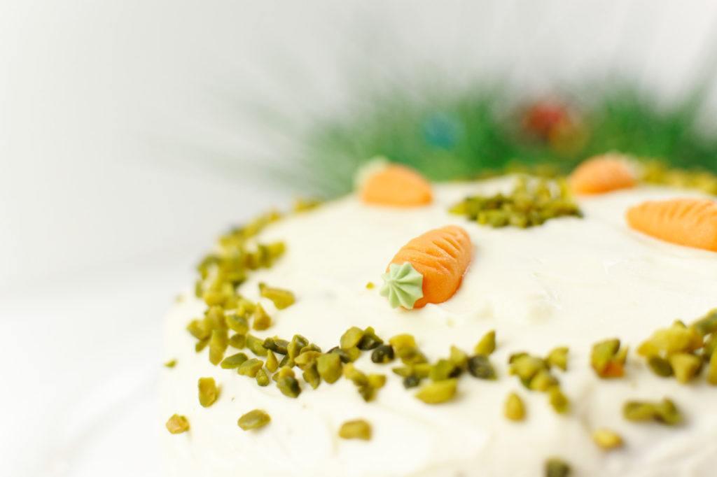 Marzipankarotten als Dekoration der gruenen Ostertorte mit Frischkaesefrosting von Sweets and Lifestyle