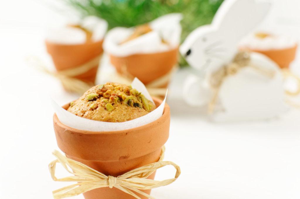 Saftiger Karottenkuchen mit Pistazien im Tontopf gebacken als Mitbringsel zur Osterjause von Sweets and Lifestyle