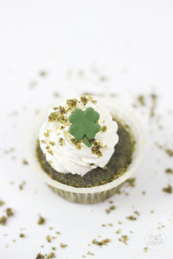 Saftige St Patrick's Day Cupcakes gefaerbt mit Spinat von Sweets and Lifestyle
