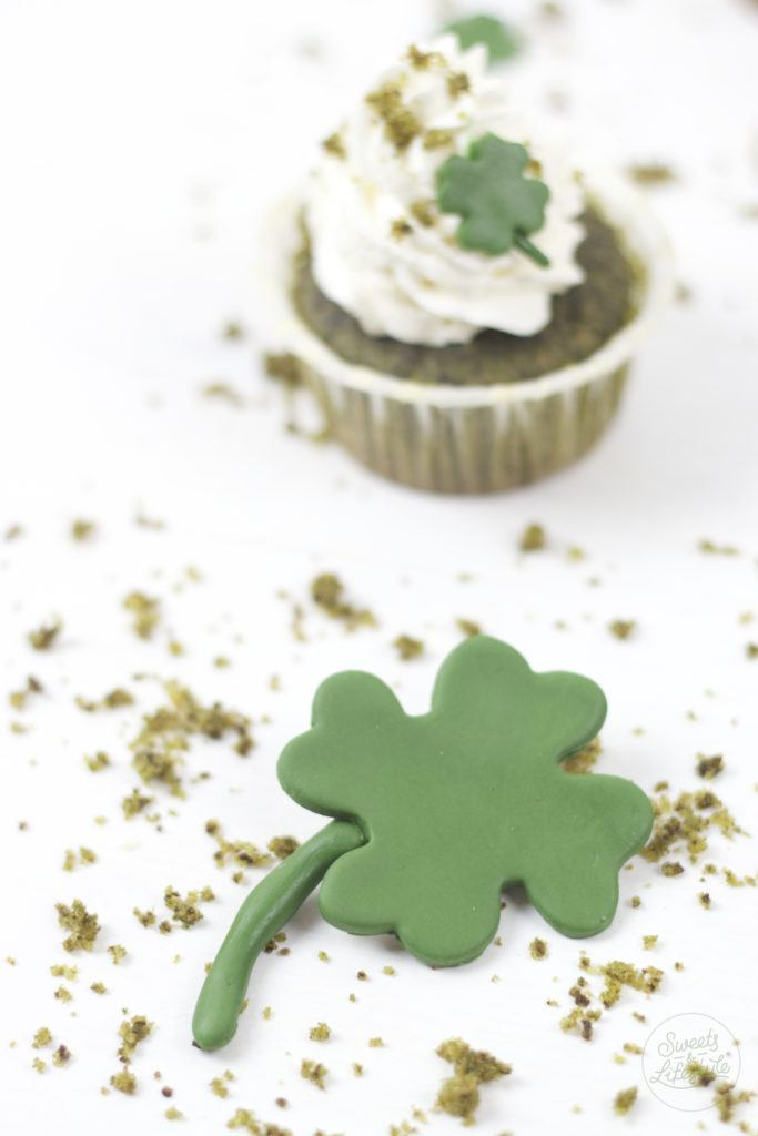 Leckere saftige St Patrick's Day Cupcakes mit Kleeblaettern von Sweets and Lifestyle