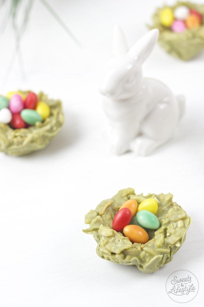 Easy herzustellende Weisse Schokolade Matcha Crossies Osternester gefuellt mit bunten Ostereiern von Sweets and Lifestyle