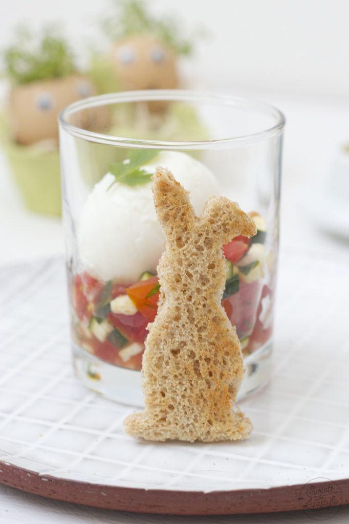 Ei im Glas mit Zucchini-Tomaten-Salsa serviert mit geröstetem Toastbrot von Sweets and Lifestyle