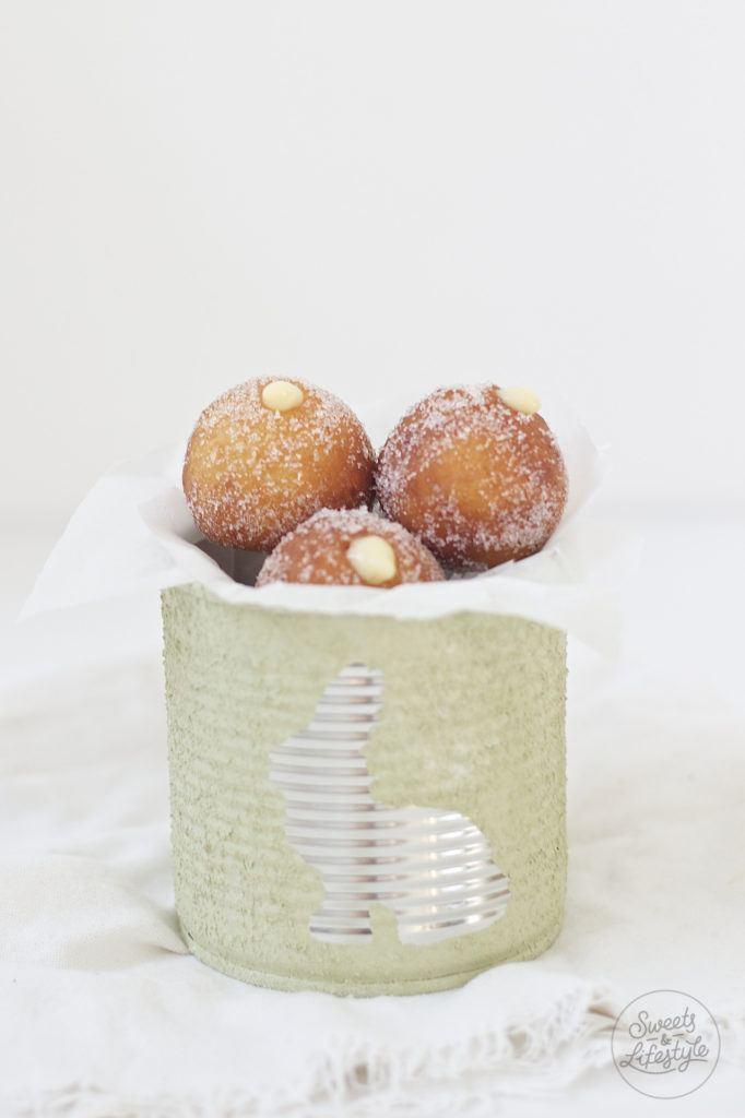Koestliche oesterliche Topfenbaellchen mit Eierlikoercreme nach einem Rezept von Sweets and Lifestyle