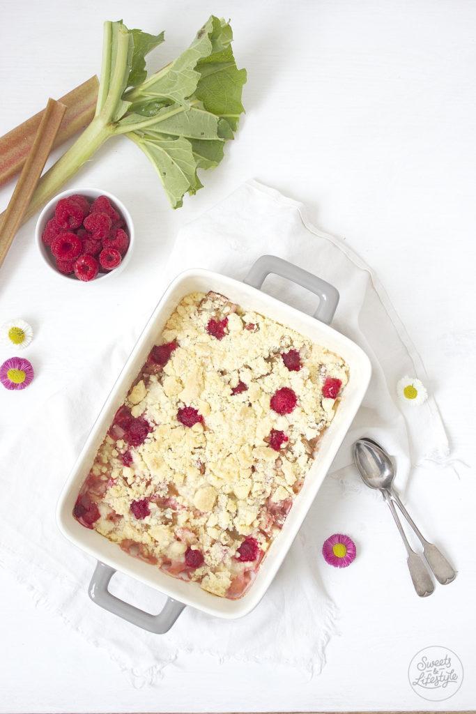 Koestlicher Rhabarber Crumble als Dessert nach einem Rezept von Sweets and Lifestyle