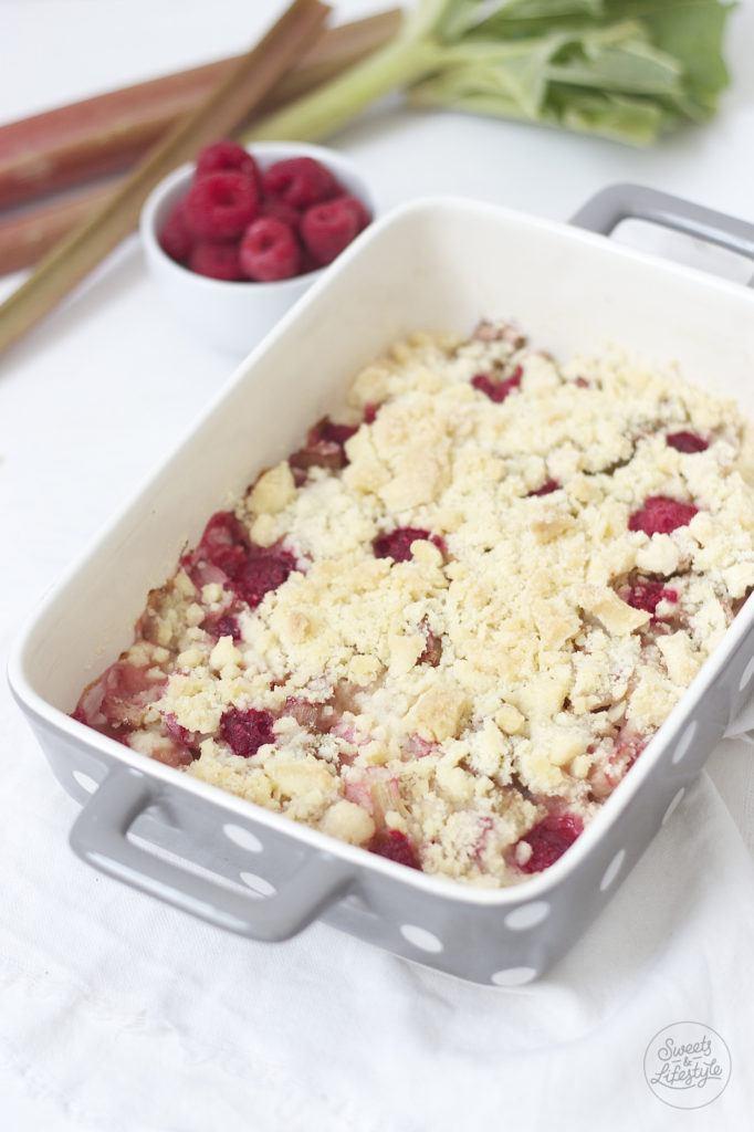 Leckerer Rhabarber Crumble serviert als Dessert von Sweets and Lifestyle