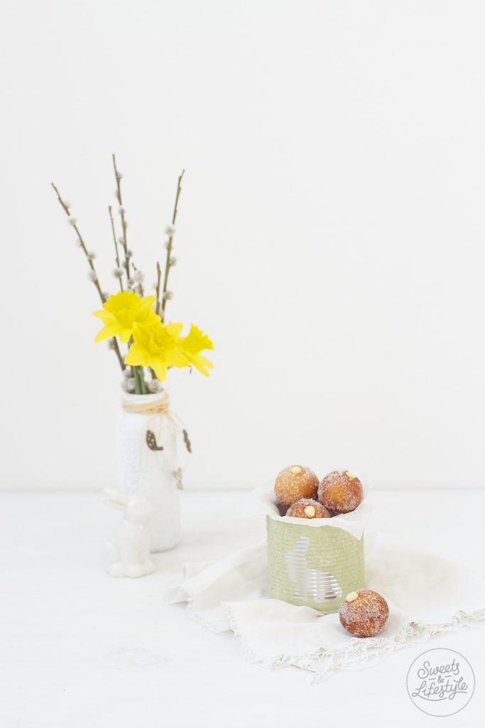 Oesterliche Topfenbaellchen mit Eierlikoercreme nach einem Rezept von Sweets and Lifestyle