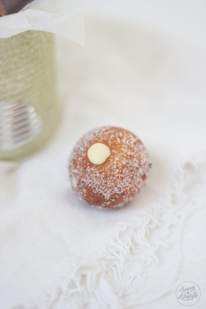 Topfenbaellchen gefuellt mit Eierlikoercreme von Sweets and Lifestyle