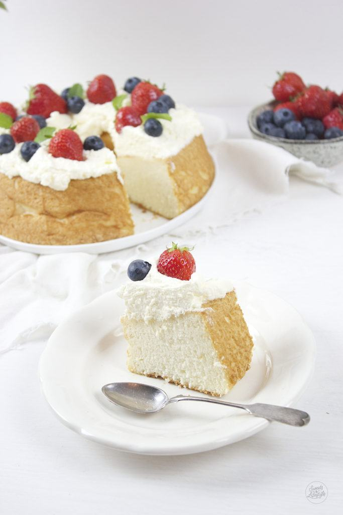 Leckere Angel Food Cake serviert mit Schlagobers und frischen Obst von Sweets and Lifestyle